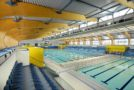 Jakie wyposażenie powinno się znaleźć na pływalni, aby pływający czuli się bezpiecznie